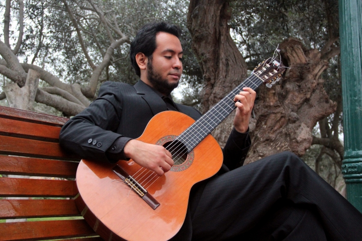 Aarón Alva, concertista de guitarra clásica y escritor